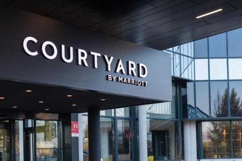 Courtyard by Marriott Paris Roissy Charles de Gaulle Airport : Hotel near Moussy-le-Vieux