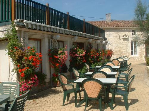 Hotel Restaurant Karina : Hotel near Sigogne