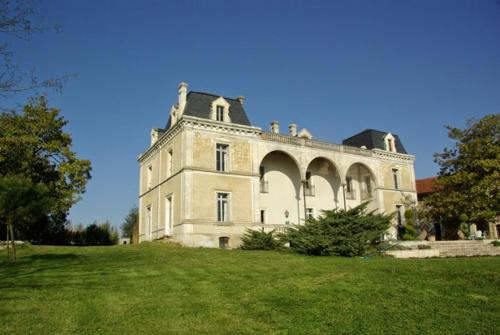 Château de Brossac : Bed and Breakfast near Saint-Quentin-de-Chalais