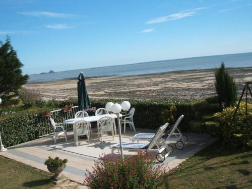 Villa La Brise - Chambre d'hôtes : Bed and Breakfast near Sartilly