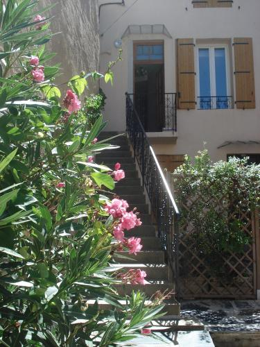Comfortable Gite (3) in attractive Languedoc village : Apartment near Puissalicon