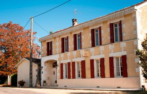B&B Les Bellesvues, Gîtes & Chalet : Bed and Breakfast near Montguyon