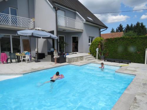 A l'Orée du Kastenwald piscine spa et sauna : Bed and Breakfast near Biesheim