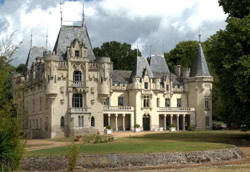 Chateau de Salvert - Gites : Guest accommodation near Longué-Jumelles