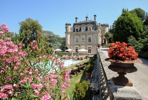 Château Clément - Les Collectionneurs : Guest accommodation near Labégude