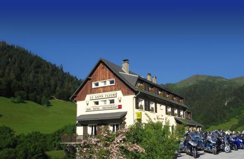 Logis Hotel Le Sapin Fleuri : Hotel near Poubeau