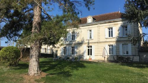 Chateau Magondeau : Guest accommodation near Lugon-et-l'Île-du-Carnay