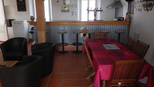 Les Gîtes Du Vieux Frêne : Guest accommodation near Hesbécourt