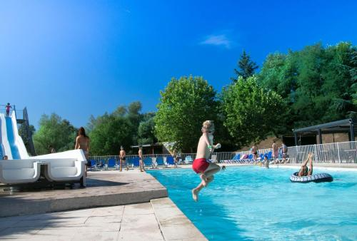 Camping Les Portes Du Beaujolais : Guest accommodation near Le Breuil