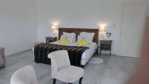 Les chambres de la Nouvelle Aliénor : Bed and Breakfast near Berbiguières