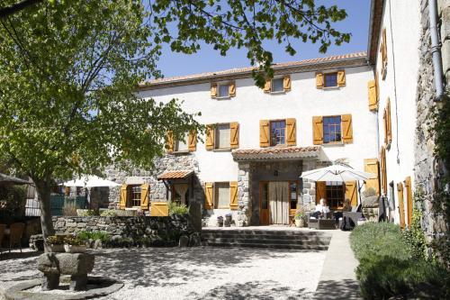 Maison d'Hôte la Grange aux Ayres : Guest accommodation near Tourzel-Ronzières