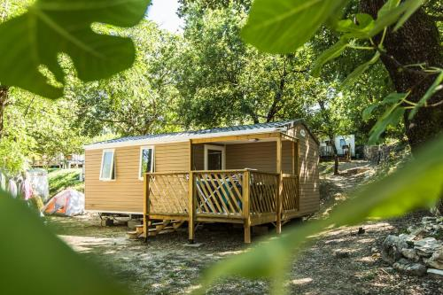 Camping les Chênes : Guest accommodation near Balazuc