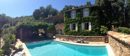 Villa Piste des Vieilles Sinieres : Guest accommodation near Les Mayons