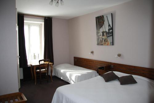 Hôtel Restaurant Le Dauphin : Hotel near Saint-Ouen-de-Mimbré