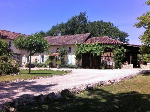 Les Chênes Pieux : Guest accommodation near Arx