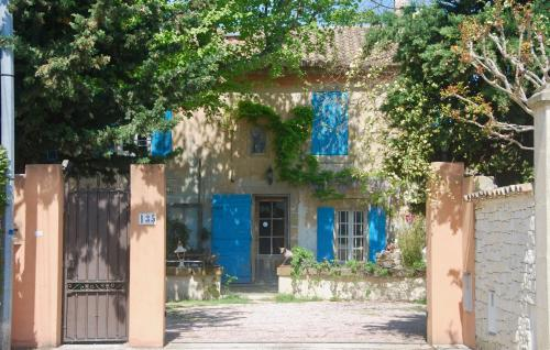 Les Volets Bleus Provence : Guest accommodation near Salon-de-Provence