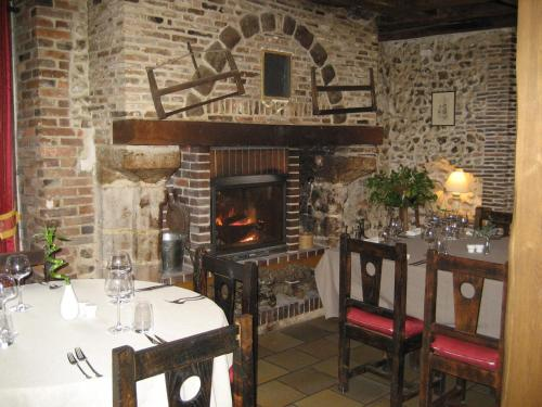 Hotel Restaurant Le Cheval Blanc : Hotel near Villevallier