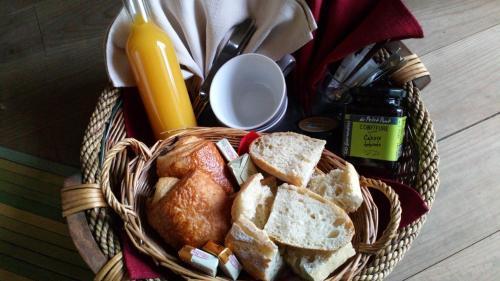 Auberge La Chaponade : Bed and Breakfast near Saint-Haon