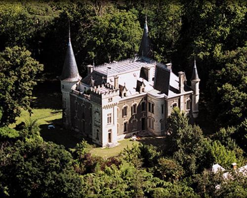 Château Belle Epoque - Chambres d'hôtes et Gîtes : Bed and Breakfast near Saint-Michel-Escalus
