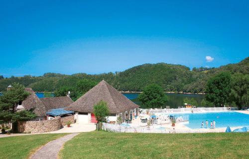 Domaine Résidentiel de Plein Air Les Tours : Guest accommodation near Saint-Urcize