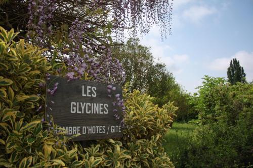 Les Glycines : Bed and Breakfast near Saint-Estèphe