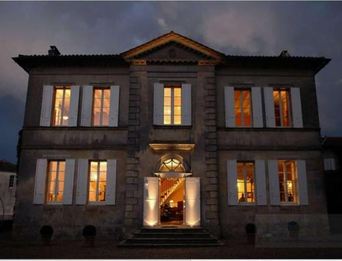 Chateau Franc Pourret : Bed and Breakfast near Saint-Christophe-des-Bardes