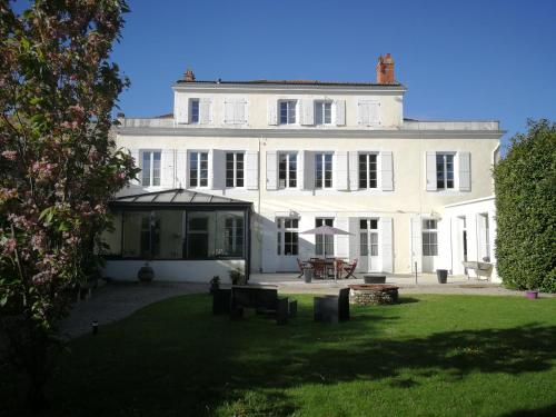 H de Surgères : Bed and Breakfast near Saint-Georges-du-Bois