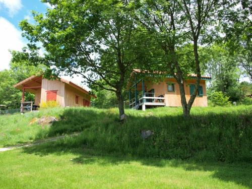 Camping le Montbartoux : Guest accommodation near Noalhat
