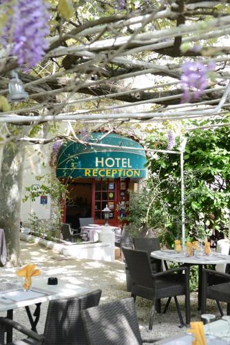 Logis Le Terminus : Hotel near Sénas