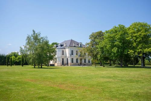 Chateau Bouynot : Bed and Breakfast near Lavazan