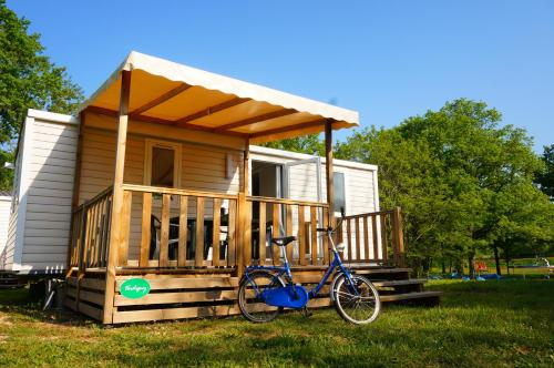 Camping de l'île : Guest accommodation near Saint-Laurent-l'Abbaye