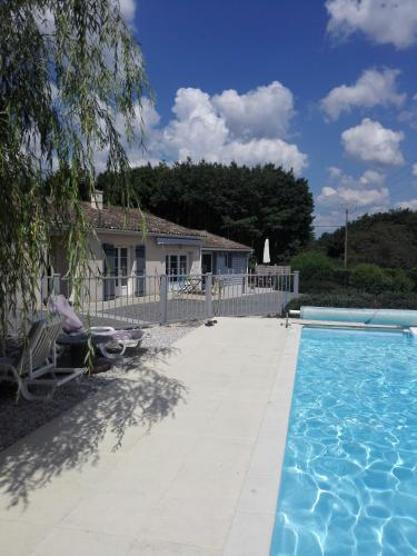 Gite - Le chemin blanc : Guest accommodation near Lussac