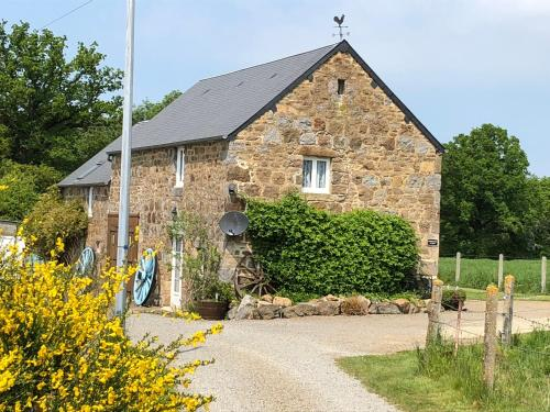 Honey suckle cottage : Guest accommodation near La Chapelle-au-Moine