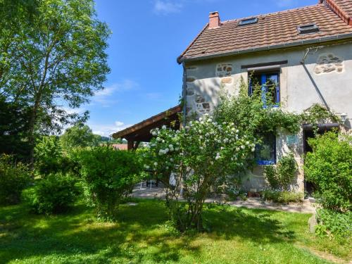 Maison De Vacances - Le Chat Blanc - Grote Gite : Guest accommodation near Saint-Priest-des-Champs