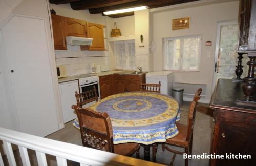 Appartement Bénédictin : Apartment near Saint-Laurent-l'Abbaye