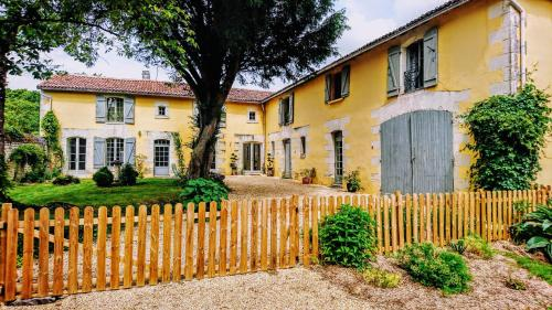 Domaine de Bourgville : Bed and Breakfast near Dercé