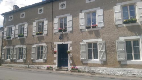 Vingt Grand Rue : Bed and Breakfast near Champagne-Mouton