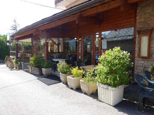 Hotel Les Chenets : Hotel near Saint-Laurent-du-Cros