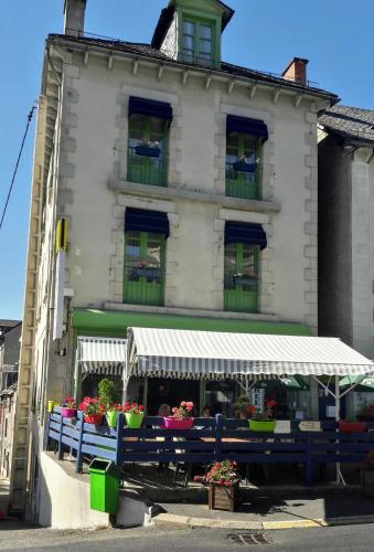 Logis Hôtel Le Relais Des Remparts : Hotel near Anzat-le-Luguet