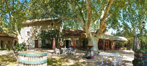 Mas Des Vertes Rives : Bed and Breakfast near Châteauneuf-de-Gadagne