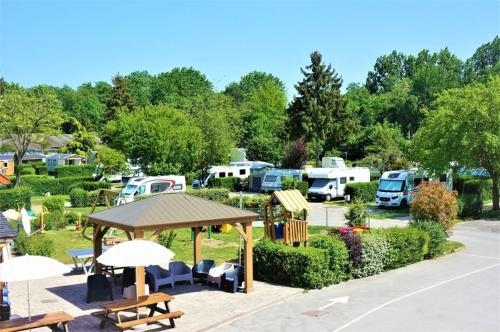 Camping Paris Beau Village : Guest accommodation near Saint-Vrain