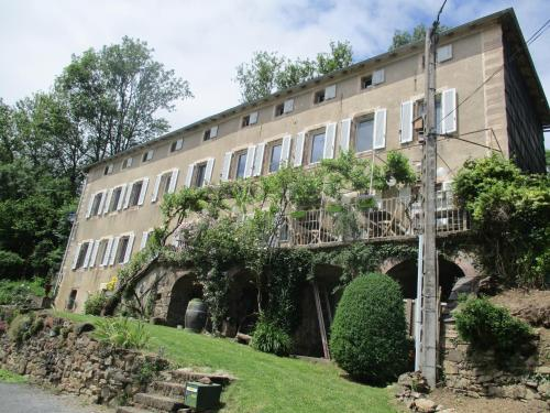 Au Prieure Saint Jean : Bed and Breakfast near Moulin-Mage
