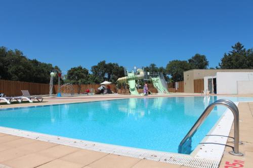 Camping Les Chênes Rouges : Guest accommodation near Villelongue-dels-Monts