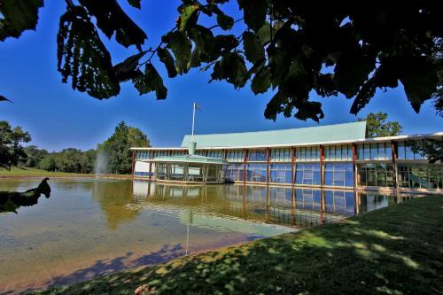 Logis des Lacs d'Halco : Hotel near Serreslous-et-Arribans