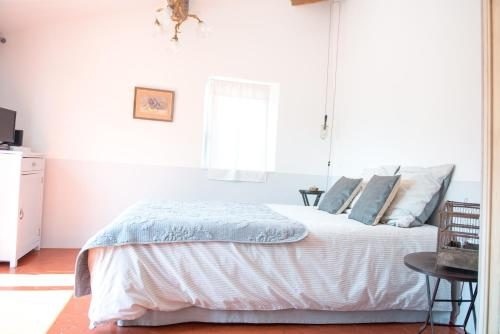 La Chambre 21, Entrevaux en Provence, proche de Nice : Bed and Breakfast near Auvare