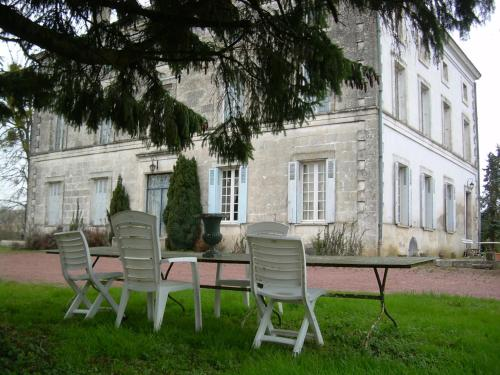 Logis de La Cantinolière : Bed and Breakfast near Voulême