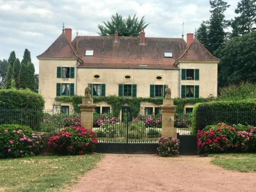 Chateau De Martigny : Guest accommodation near Semur-en-Brionnais