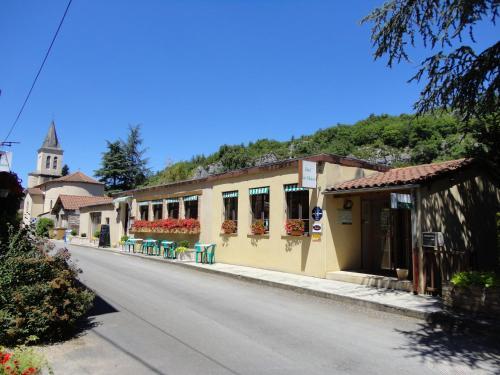 Hôtel Restaurant Les Falaises : Hotel near Saint-Martin-de-Vers