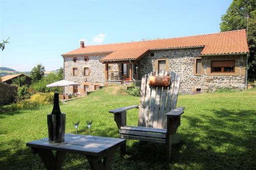 Le clos des pierres rouges : Bed and Breakfast near Saint-Haon