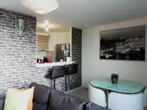 Chic apart with bar in Paris : Apartment near Saint-Denis
